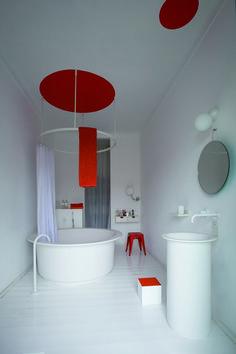 Color scheme. Virtuoso level. Private house and the In-Out bathtub and washbasin, Fez taps, 125C lighting, Fusilli mirror by Benedini Associati, Bucatini mirror by F. Bortolani and E. Righi - Nice, France. Architecture / Interiors: Matali Crasset Ph. Albert Font Learn more on agapedesign.it #agapedesign #interior #bathroom #orange