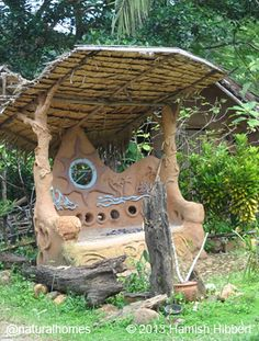 cob outdoor tree at DuckDuckGo Cob House Plans, Recycled House, Dome Greenhouse, Outdoor Trees, Living Roofs, Adobe House, Clay Houses, Tadelakt, Unusual Homes
