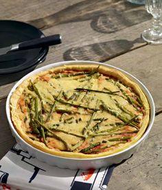 Quiche di pomodori e asparagi - Un piatto vegetariano che può essere preparato e conservato, così da portare un po' di sapore alla giornata in ufficio. - Ingredienti: 6 pezzi di pasta sfoglia o di pasta brisè - 3 cipolle rosse - 2 spicchi d'aglio - qualche rametto di timo - 1 barattolo (400 g) di pomodori pelati - 2 cucchiai di KETCHUP - 20-30 asparagi verdi sottili (punte di asparagi) - 1 confezione (150 g) di formaggio svedese OST LAGRAD - 2 uova - 100 ml di panna