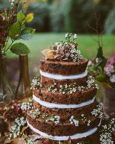 Naked cake perfeito para um casamento rústico com chocolate e decorado com flores.#nakedcake #cakewedding #weddingcake #wedding #ceub #casamento #instawedding #ceub #casaréumbarato #cakedesign
