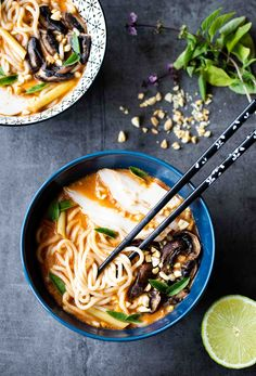 Bouillon thaï aux nouilles ramen, poulet & champignons - The Best Korean Recipes Asian Noodle Recipes, Asian Recipes, Ramen Recipes, Vegetarian Soup, Vegetarian Recipes, Bouillon Thai, Baguette, Asian Soup, Healthy Soup Recipes