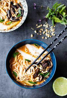 Bouillon thaï aux nouilles ramen, poulet & champignons - The Best Korean Recipes Soup Recipes, Vegetarian Recipes, Chicken Recipes, Healthy Recipes, Vegetarian Soup, Asian Noodle Recipes, Asian Recipes, Bouillon Thai, Quick And Easy Soup