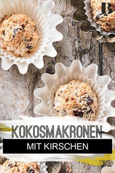 Kokos-Kirsch-Makronen. Mehl braucht ihr für dieses Rezept nicht – die Eiweiß-Kokosflocken-Mischung hält alles saftig zusammen. Für den leckeren Geschmack sorgen getrocknete Kirschen und Kokosflocken. #kekse #backen #makronen #kirschen Dried Cherries, Macaroons, Coconut Flakes, Baking Cookies, Oven