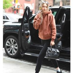Look esportivo, roupa esportiva, street style. Guita Moda: Sportswear com Gigi Hadid Fashion 2018, Sport Fashion, Fashion Models, High Fashion, Fashion Trends, Fashion Fashion, Vintage Fashion, Spring Fashion, Fashion Women