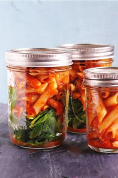 Easy mason jar meals are the perfect on-the-go lunch for anyone with a busy schedule. I've put together the best meals to stuff in any mason jar for a quick and easy meal. Mason Jar Lunch, Mason Jar Meals, Meals In A Jar, Mason Jars, Mason Jar Recipes, Healthy Snacks, Healthy Eating, Healthy Recipes, Healthy Drinks