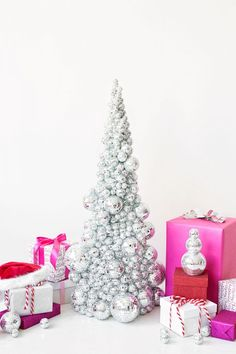 DIY Disco Ball Christmas Tree: For many modern holiday weddings, the decor is all about the sparkle. Make your own event shine with this disco ball tree placed at the door to announce the party inside. Diy Christmas Tree, Modern Christmas, Christmas Wedding, Christmas Tree Decorations, Christmas Projects, Xmas Tree, Christmas Room, Christmas Ornament, Diy Fest