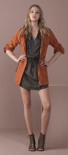 vestido estampado militar com amarracao na contura e parka com bolsos e detalhes mangas