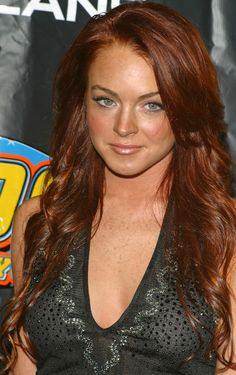 Lindsay Lohan Layered Cut - What happened to this Lindsay? She stood out from the rest of the young Hollywood crowd with her vibrant long red hair. It looked great with her long chunky layers and natural waves. Look how her green eyes popped! Beautiful Red Hair, Gorgeous Redhead, Pretty Red Hair, Hair Color Auburn, Auburn Hair, Red Hair Woman, Long Red Hair, Brown Hair, Layered Haircuts