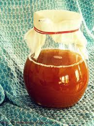 appelazijn maken - schillen en klokhuizen, onderwater zetten en n doek erover. 2 weken wachten, fruitvliegjes wegwapperen en voorzichtig zooi eraf scheppen en azijn overgieten.