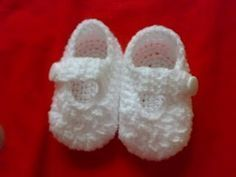 Everything`s Crochet: simple baby booties free pattern saved on disc Crochet Baby Shoes, Crochet Baby Clothes, Crochet Slippers, Booties Crochet, Baby Slippers, Crochet Baby Sweaters, Crochet Baby Cardigan, Crochet For Kids, Love Crochet