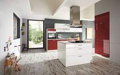 Keukenloods.nl - Chianni  #eilandkeuken  Moderne keuken met kookeiland in hoogglans wit en rood.