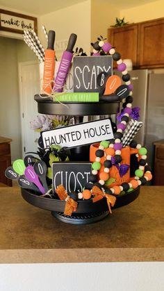 Halloween Home Decor, Halloween House, Fall Home Decor, Fall Halloween, Halloween Crafts, Halloween Decorations, Hallowen Ideas, Tray Styling, Halloween Displays