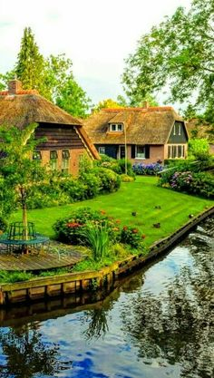 Challenge yourself with this Giethoorn, Holanda. Beautiful Nature Pictures, Beautiful Landscapes, Beautiful Gardens, Beautiful Homes, Beautiful Places To Travel, Wonderful Places, Places Around The World, Around The Worlds, Countryside