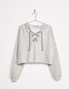 Sweatshirt mit Kapuze und Schnürung am Ausschnitt. Entdecken Sie diese und viele andere Kleidungsstücke in Bershka unter neue Produkte jede Woche
