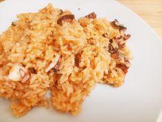 Começamos a semana com um prato que adoro, arroz de polvo, foi a primeira vez que fiz e devo dizer que não me sai mal, estava bem saboroso ;) Ingredientes 1 polvo 1 chávena de arroz carolino 1 cebo...