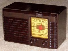 Vintage Philco Transitone Bakelite Table Radio, Model 42-PT26, Circa 1942.