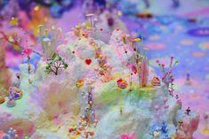澳洲藝術家譚雅.舒茲(Tanya Schultz)以Pip & Pop為名創作一系列的素描、牆上作品、炫彩的裝置藝術作品等,她的作品大多以糖、金粉、糖果、塑膠花及手工藝品等不同物料創作而成。她也參考一系列廣泛的文化材料,並透過作品來反思物質文化下的豐足與短暫的愉悅。她從古老的神話、通俗的童話故事,乃至當代的電子遊戲、動畫和兒童故事中尋找天堂與欲望的概念。