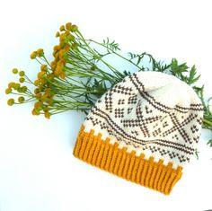 FANN, lue med border fra norsk tradisjonsstrikk og i retrofarger. Som også er høstens motefarger. Den er strikket i ett ...