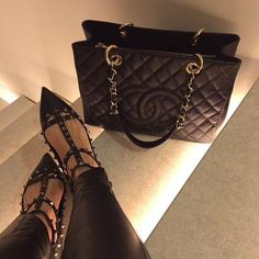 Pin by Iliana Lopez on Shoes in 2019 Pinterest Fashion, Branded Bags, Luxury Bags, Handbag Accessories, On Shoes, Purses And Handbags, Fashion Bags, Designer Shoes, Ideias Fashion