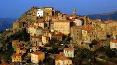 Das Gebirge im Meer-Korsika besteht größtenteils aus Hochgebirge. Die höchste Erhebung ist mit immerhin 2.706 Metern der Monte Cinto im gleichnamigen Massiv. Die 1.047 Kilometer lange Küstenlandschaft ist sehr abwechslungsreich und bietet neben langen Sandstränden auch schroffe Steilküsten und abgelegene Buchten. Jährlich besuchen 2,5 Millionen Touristen die viertgrößte Mittelmeerinsel und lassen sich von hellen Sandstränden und der Gastfreundlichkeit der Korsen begeistern. Vor allem die…