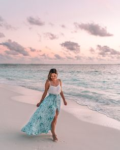 What are some of your favorite spots to watch a sunset? Mines definitely a rooftop & the beach 🌅 ⠀⠀⠀⠀⠀⠀⠀⠀⠀ Wearing one of my favorite brands They have the best dresses for any tropical destination Beach Photography Poses, Beach Poses, Couple Photography, Levitation Photography, Exposure Photography, Honeymoon Outfits, Vacation Outfits, Picture Poses, Photo Poses