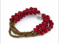 The Yaro bracelet is one of our favourites! Four strands of red beads are connected with golden coloured glass beads. This warm colour is perfect for the cold winter days. Wear it solo or stack it with our other bracelets!