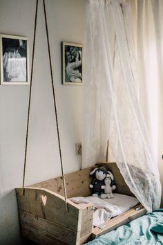 Hangwieg van steigerhout, ontworpen door moi en gemaakt door manlief. Ook te gebruiken als co sleeper.