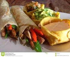 Burritos - Los burritos son tortillas hechas de harina de trigo, armadas de modo que el burrito queda parecido a un panqueque, pero con uno de los lados cerrados. El relleno, por lo general, es un poco más pesado que lo de la fajita o el taco.
