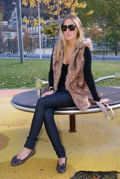 fall wardrobe inspiration - dark skinny jeans, black top, fur vest