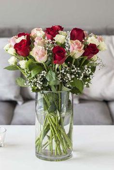Roser står vakkert i en sylindervase. Glass Vase, Vaser, Table Decorations, Inspiration, Home Decor, Decorating Ideas, Flowers, Biblical Inspiration, Decoration Home