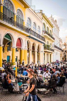 COFFEE, NOT TO GO    Der Plaza Vieja eignet sich perfekt für eine Kaffee-Pause.    Enjoy a cup of coffee at the Plaza Vieja.     CITY GUIDE Havanna zur Kuba-Kreuzfahrt der EUROPA 2 / CITY GUIDE Havana for the Cuba-cruise with EUROPA 2. Foto: © Lutz Jäkel                                                                                                                                                                                 Mehr