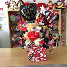 Faltan pocos días para #SanValentin ❤️ Ya te preparas? 👈🏼 #JoliandGift Valentine Crafts, Valentine Day Gifts, Valentine Flower Arrangements, Valentine Bouquet, Valentine's Day Gift Baskets, Balloon Decorations, Diy Gifts, Balloons, Birthday