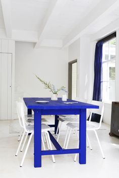 blue tabl, painted tables, cobalt blue, wood tables, white rooms, white interiors, electric blue, bold colors, dining tables