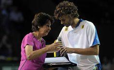 A tenista Maria Ester Bueno recebe homenagem de Gustavo Kuerten; o brasileiro entrou no Hall da Fama do tênis. O catarinense é o segundo brasileiro a entrar no Hall da Fama do tênis. Antes dele, Maria Esther Bueno, com 19 títulos de Grand Slam na carreira, entrou para o grupo em 1978. Fotografia: Adriano Vizoni/Folhapress.