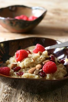Breakfast Almond and Raspberry Quinoa. So excited to find this recipe with what appear to be just the right combination of flavors for Quinoa. Quinoa Breakfast, What's For Breakfast, Breakfast Recipes, Raspberry Breakfast, Healthy Desayunos, Healthy Living, Yummy Food, Tasty, Yummy Yummy