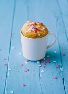 Cookie butter cake in a mug that you can make in less than 2 minutes. Need we say more? There are plenty of us that love sweet treats, but aren't the most gifted of bakers.Rather than having to run out to the stor e every time a sugar craving hits, try this microwave baking hack instead.