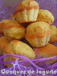 Queques de Iogurte (cerca de 14 unidades) 3 ovos 1 Iogurte natural (usei caseiro) 2 copos (iogurte) de açúcar 3 copos (iogurte) de farinha 1/2 copo (iogurte) de azeite 1 colher (sopa) de açúcar baunilhado Raspas de limão q.b. 1 colher (chá) de fermento em pó I Love Food, Good Food, Yummy Food, Cupcakes, Cupcake Cakes, Biscuits, Yogurt, Portuguese Recipes, Food Cakes