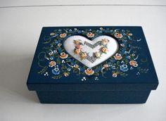 caixa com bordado e pintura bauer do Atelier feito pra voce.