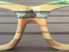 Gafas de madera de bambú Soniapew Mod Rainbow Bioenergéticas. Grabado y consagrado por la técnica del Reiki el Símbolo de poder . Gafas ecológicas, ligeras, hipoalergénicas, resistentes al agua, flotan. Puedes personalizarlas con tu mensaje en la varilla para que sean unas gafas totalmente personalizadas y únicas