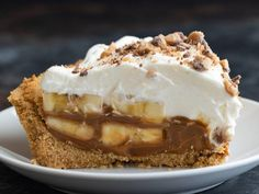 The most epic Banoffee Pie you'll ever try! A thick graham cracker crust is filled with dulce de leche and bananas, then topped with whipped cream and toffee bits. Did I mention this recipe is incredibly easy? Tart Recipes, Best Dessert Recipes, Baking Recipes, Sweet Recipes, Köstliche Desserts, Delicious Desserts, Banana Bran Muffins, Banana Pie, Buttery Cookies