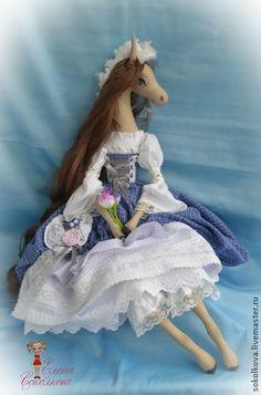 Ксения. Интерьерная текстильная лошадка в стиле бохо. Текстильная лошадка Ксения порадует Вас в Вашем доме, а также послужит в качестве оригинального новогоднего подарка для Ваших близких и друзей.  Рост 55 см, имеется петелька для того, чтобы повесить на стену.