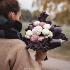 Edible bouquet with cauliflower, eggplant, mushrooms, plums, radishes. By Karolina Samale Edible Fruit Arrangements, Edible Bouquets, Fall Vegetables, Fresh Fruits And Vegetables, Food Bouquet, Vegetable Sticks, Diy Projects Cans, Heirloom Roses, Old Candles