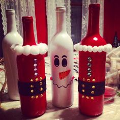 Christmas DIY Wine Bottle Décor....I probably could find some empty...haha                                                                                                                                                                                 Más