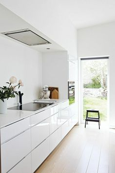 Meeting Street: A Kitchen Renovation with Clean and Classic Interior Design 84 White Kitchen Interior Designs with Modern Style www. White Kitchen Interior, Interior Design Kitchen, Kitchen White, Mini Kitchen, High Gloss White Kitchen, High Gloss Kitchen Cabinets, Coastal Interior, Kitchen Island, Kitchen Cabinets No Handles