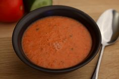 Deze heerlijke tomatensoep heb je in een handomdraai klaar. Ideaal op een warme zomerdag, gazpacho eet je namelijk koud!