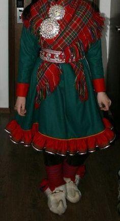 Torstaina juhlitaan ensimmäistä kansainvälistä saamenpuvun päivää, pohjoissaameksi gáktebeaivi. Norjan puolen saamelaisnuorten järjestö Noereh on ideoinut päivän, jolla halutaan kunnioittaa saamenpukua. Päivän Instagram-hashtageja ovat muun muassa #gáktebeaivi ja #gápptebiejvve. Julkaisemme päivän kunniaksi kuuntelijoidemme lähettämiä kuvia. Folk Costume, Costumes, Lappland, Traditional Outfits, Finland, Cheer Skirts, Russia, Culture, Rimmel