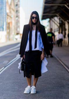 Branco e preto com skinny scarf e saia Pinterest: KarinaCamerino
