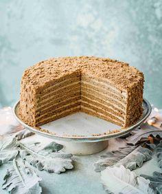 Medovník Honey Cake Recipe Easy, Honey Recipes, Easy Cake Recipes, Sweet Recipes, Russian Honey Cake, Russian Cakes, Cafe Rico, Gingerbread Dough, Candy Cakes