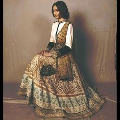 Everything related to indian fashion; whether it be bridal or casual. (I do not own anything I post; unless stated. Indian Fashion Trends, India Fashion, Ethnic Fashion, Women's Fashion, Indian Look, Indian Wear, Couture Mode, Couture Fashion, Pakistani Outfits