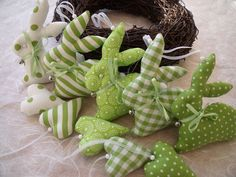 Door, wall and table rings are a familiar sight before and at Easter as traditional forms of jewelry Happy Easter, Easter Bunny, Easter Eggs, Bunny Crafts, Easter Crafts, Fabric Toys, Fabric Crafts, Sewing Projects, Craft Projects